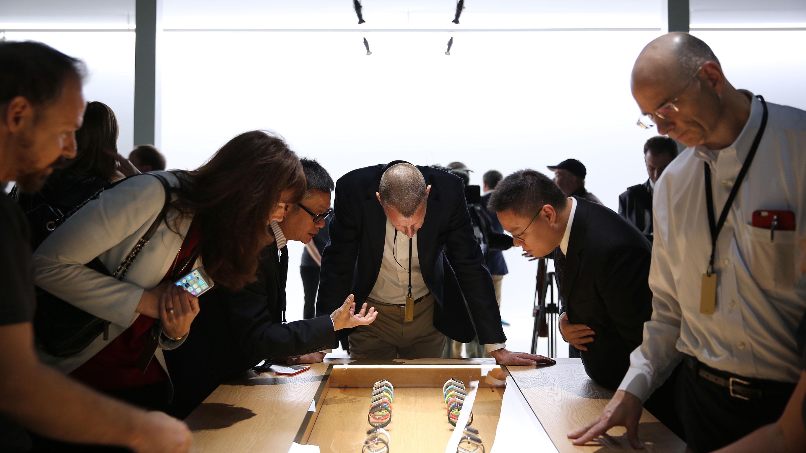 Pessoas olhando Apple Watches na vitrine