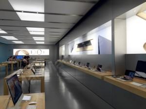 Apple Warch e MacBook nos painéis da Apple Store