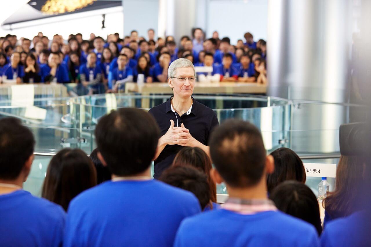 Tim Cook em loja da Apple