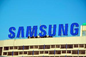 Logo da Samsung no topo de um prédio