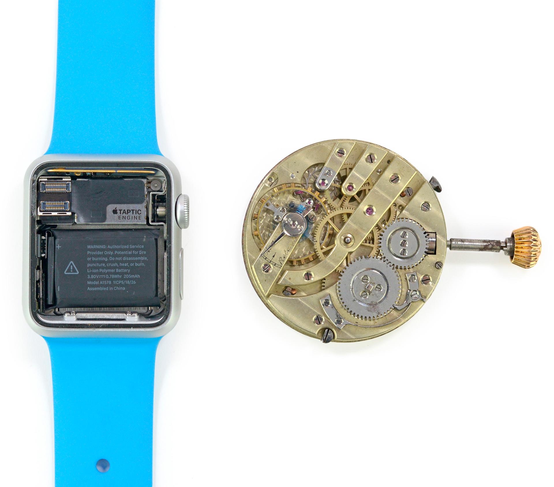 Interior do Apple Watch ao lado do de um relógio mecânico tradicional