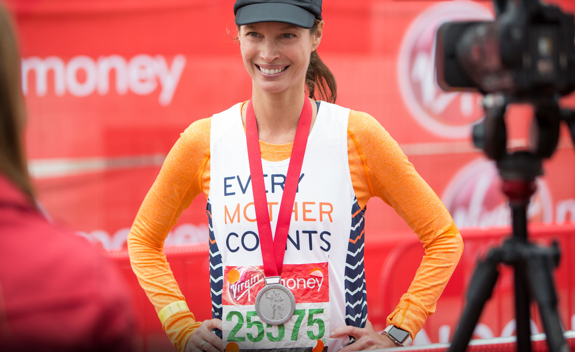 Christy Turlington Burns com sua medalha da maratona
