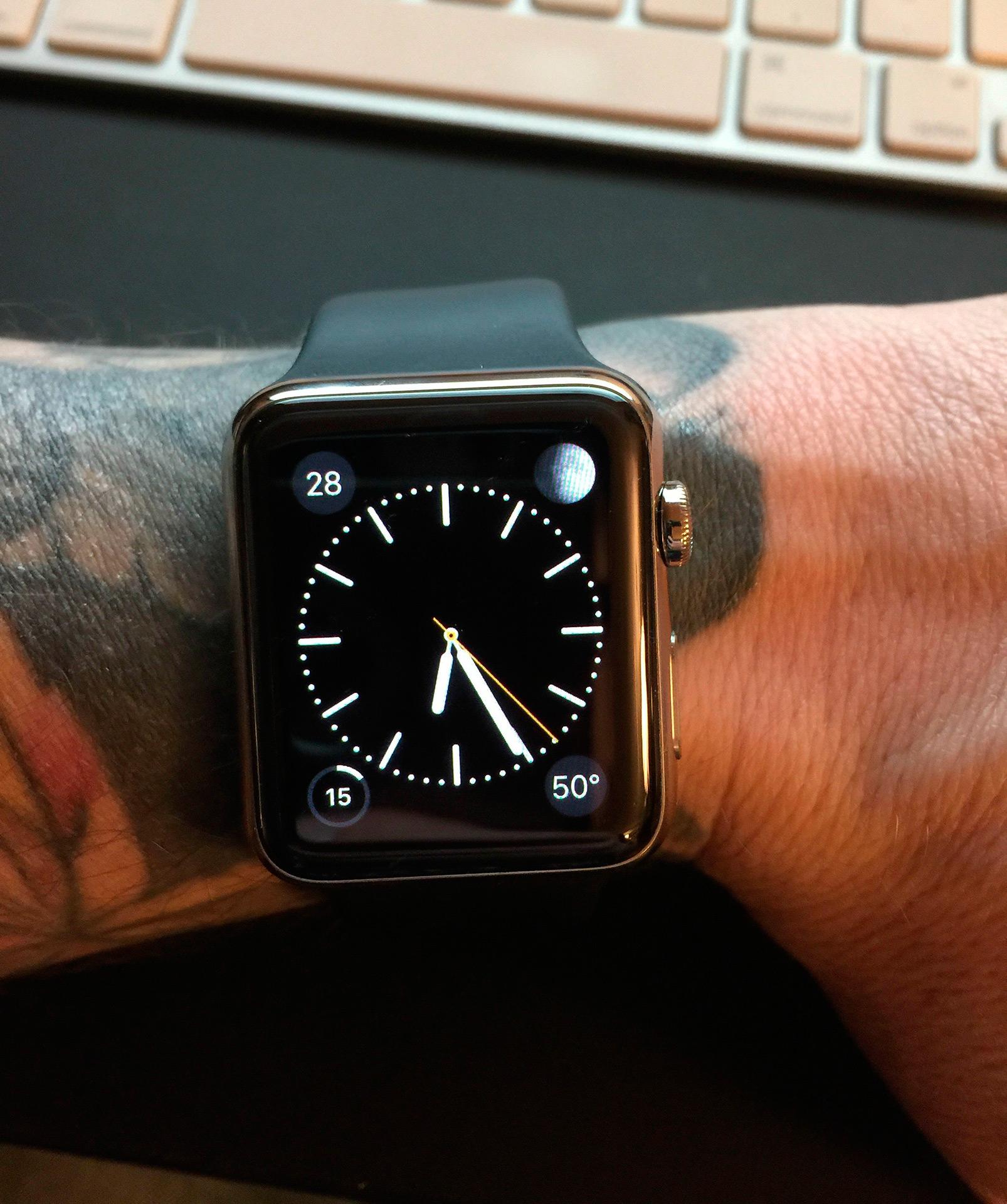 Apple Watch em braço com tatuagem