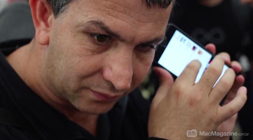 Eduardo Homem de Sá usando o iPhone