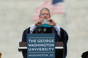 Tim Cook discursando na Universidade George Washington
