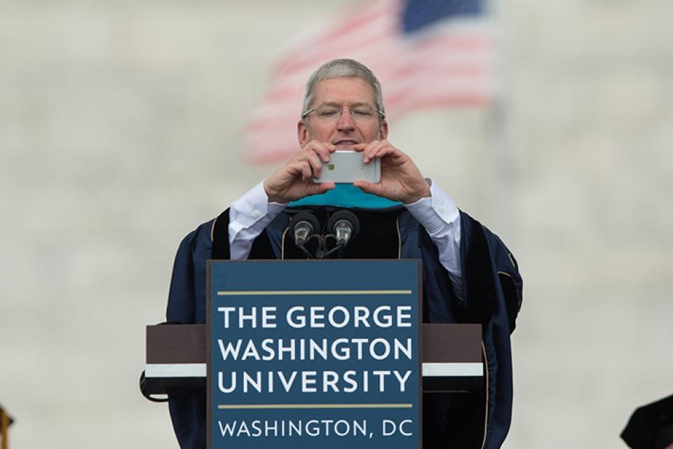 Tim Cook discursando na Universidade George Washington