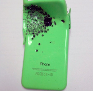iPhone 5c atingido por bala