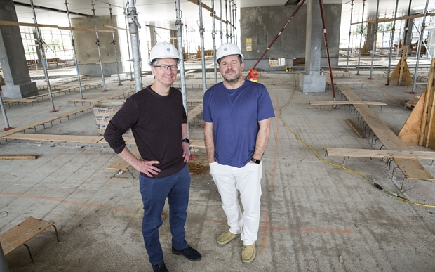 Tim Cook e Jony Ive nas obras do Apple Campus 2