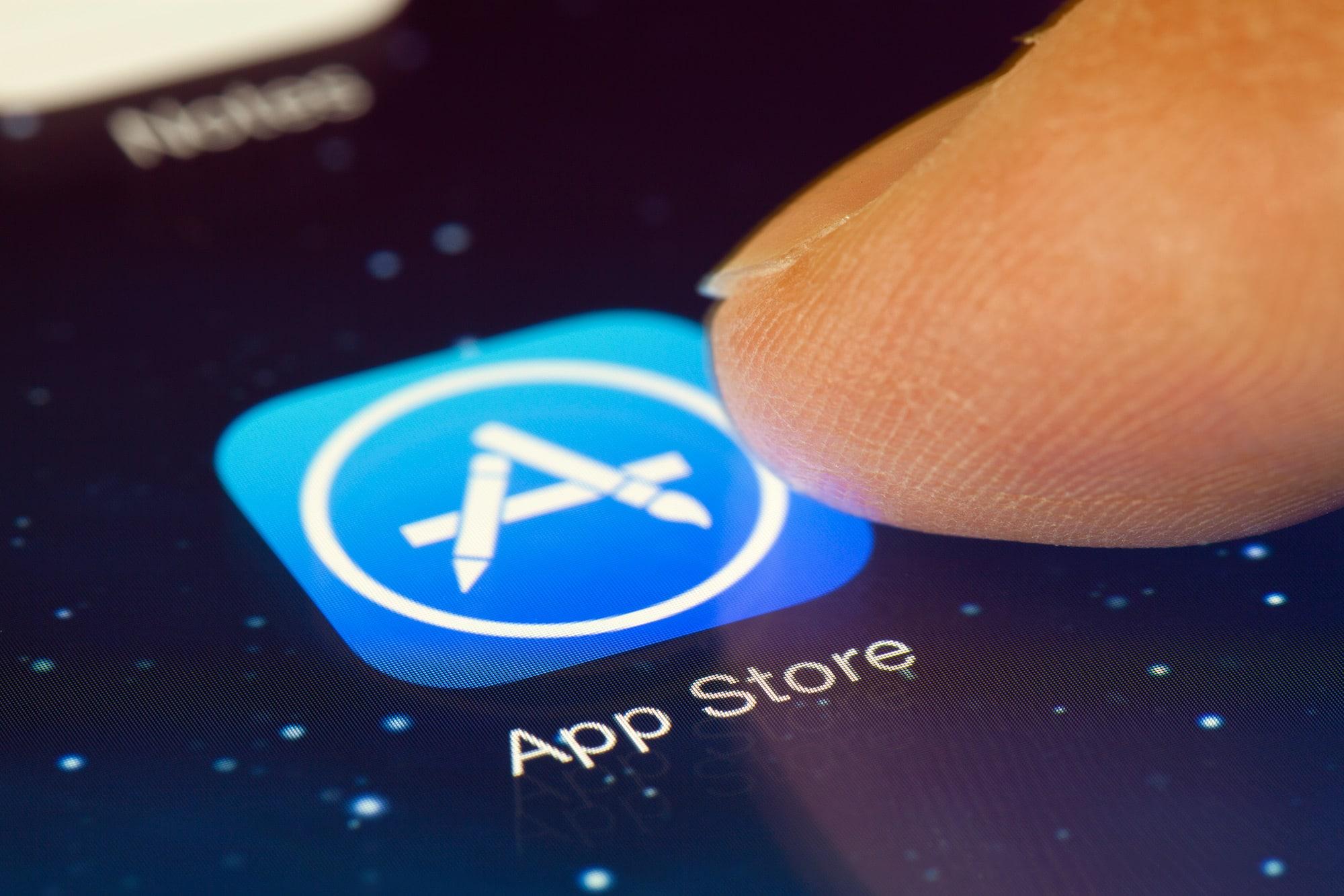 Dedo tocando ícone da App Store
