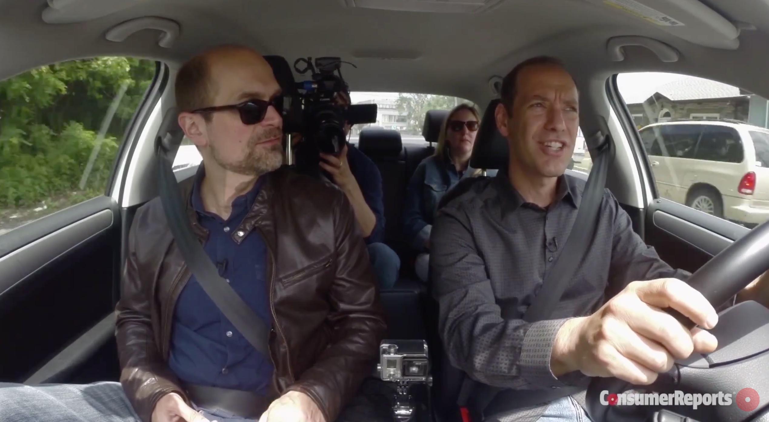 Consumer Reports testando o CarPlay e o Android Auto