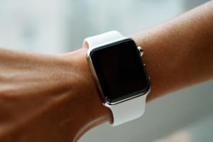 Apple Watch com pulseira Sport branca no braço