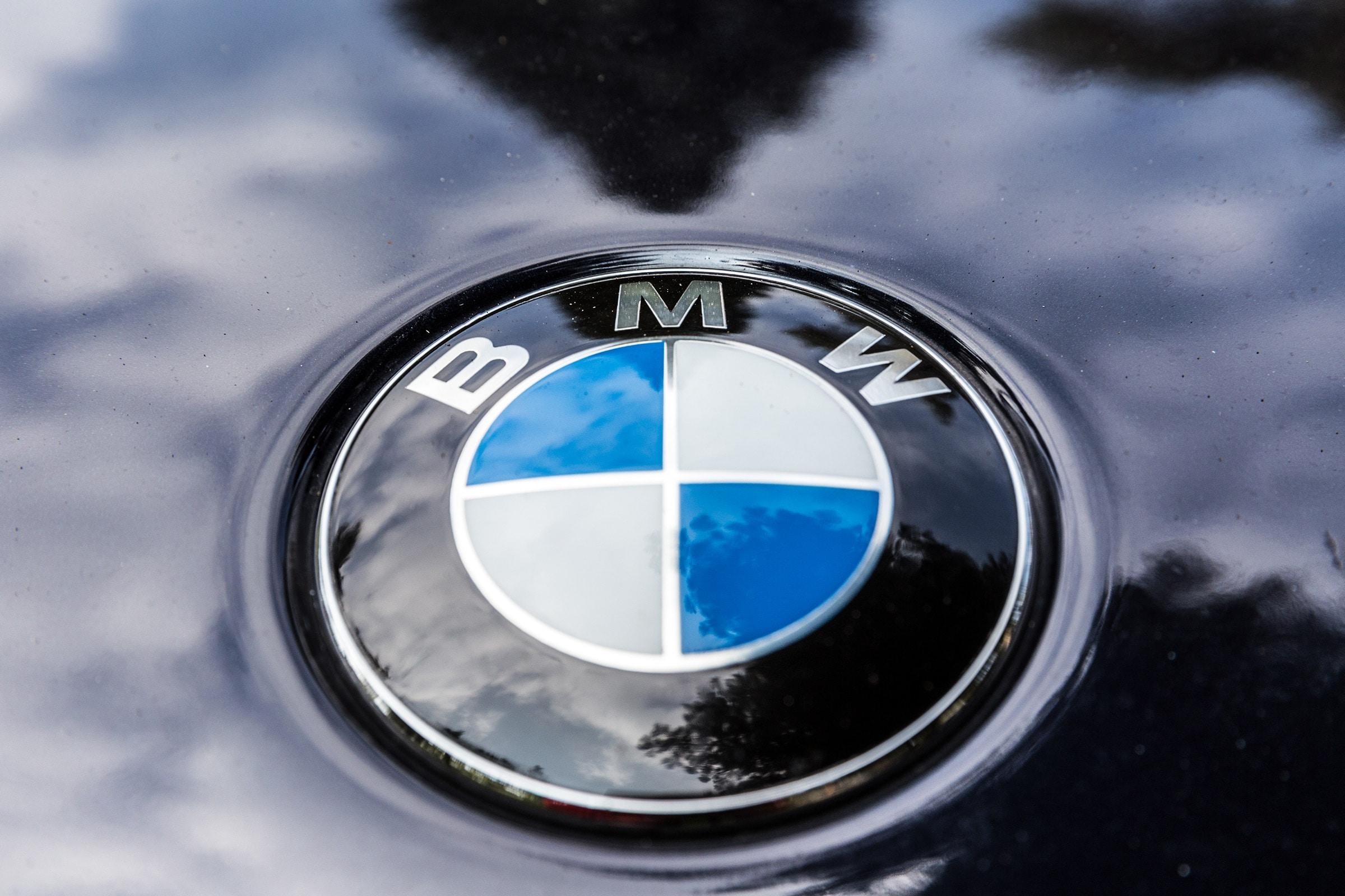 Logo da BMW em carro