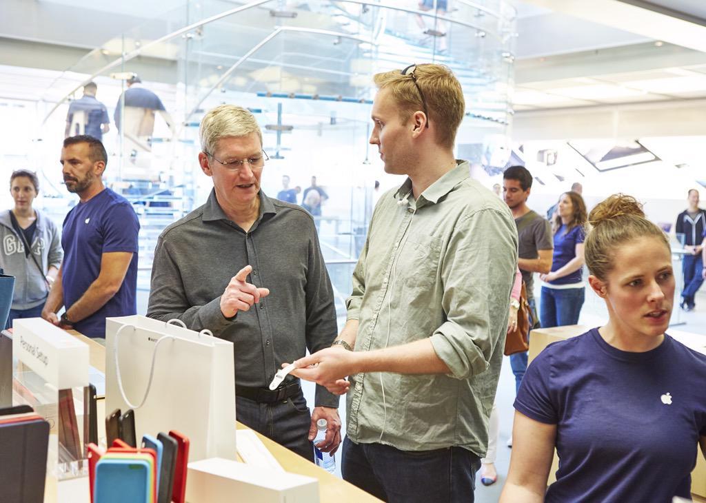 Tim Cook encontrando com clientes na Apple Store - Boylston