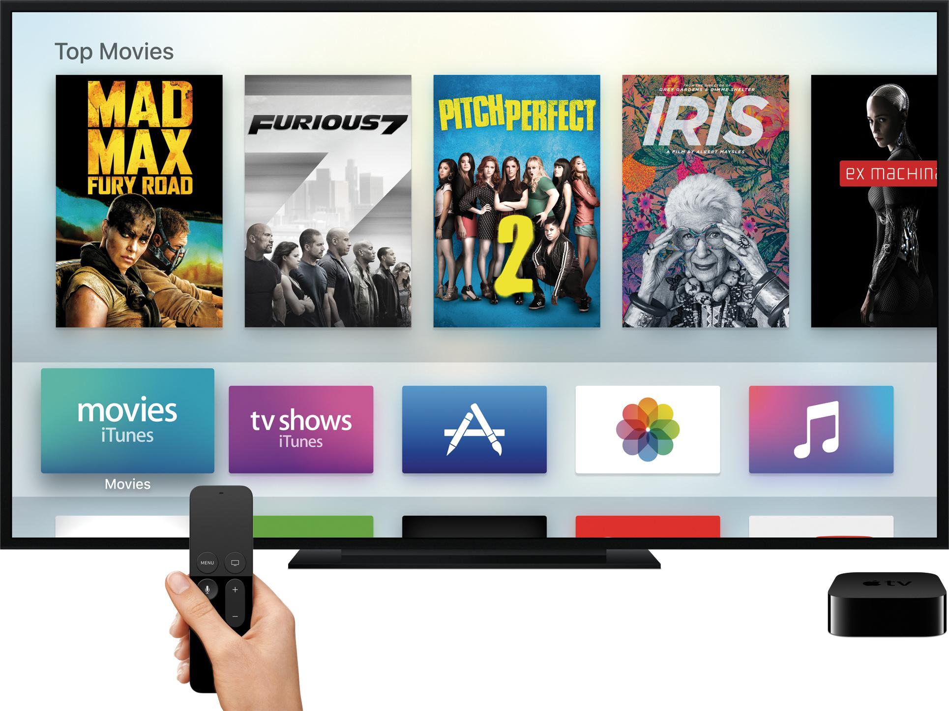 Nova Apple TV na tela inicial do tvOS com controle remoto na mão apontando para a televisão
