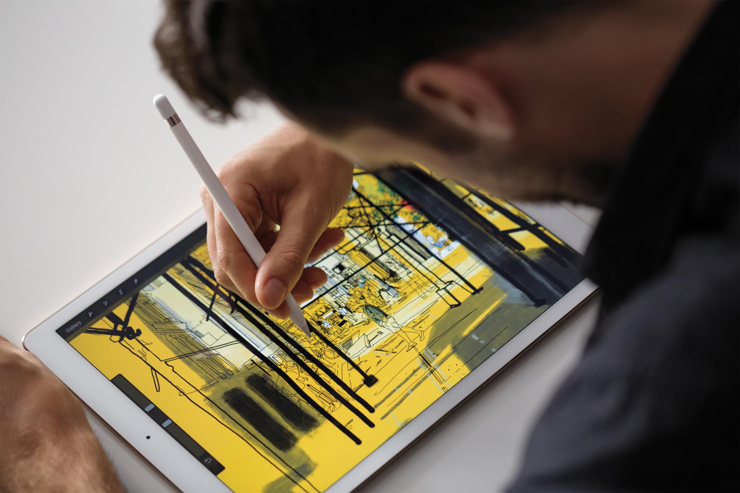 Usuário desenhado com o Apple Pencil num iPad Pro