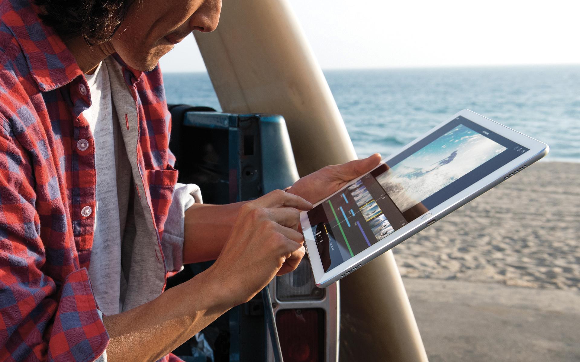 Usuário editando vídeo no iMovie com um iPad Pro