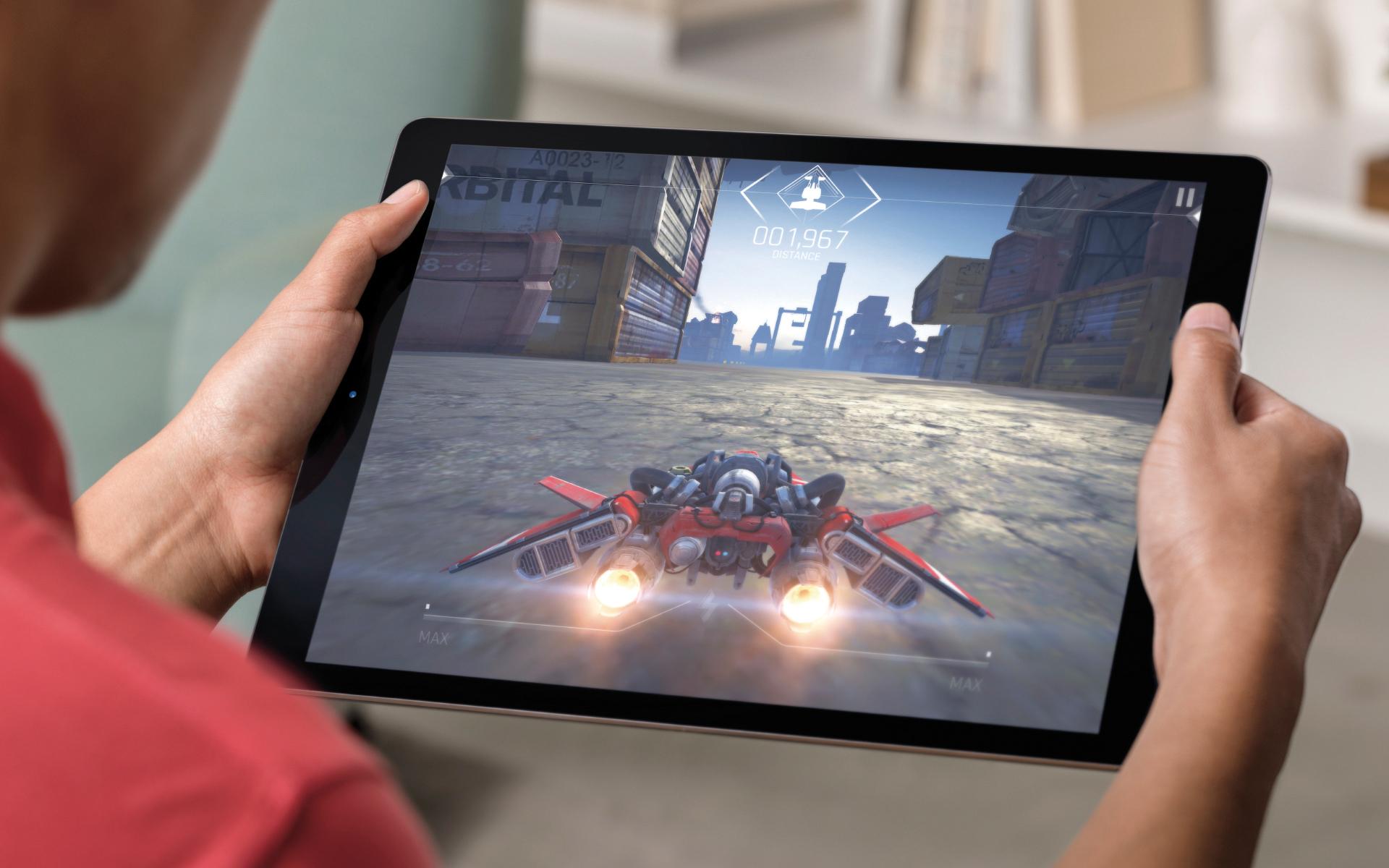 Usuário jogando num iPad Pro