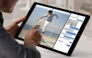 Usuário usando dois apps lado a lado num iPad Pro