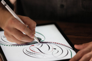 Close-up no Apple Pencil desenhando num iPad Pro