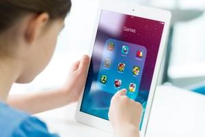Criança mexendo em um iPad