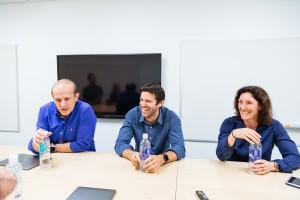 Executivos da Apple dando entrevista