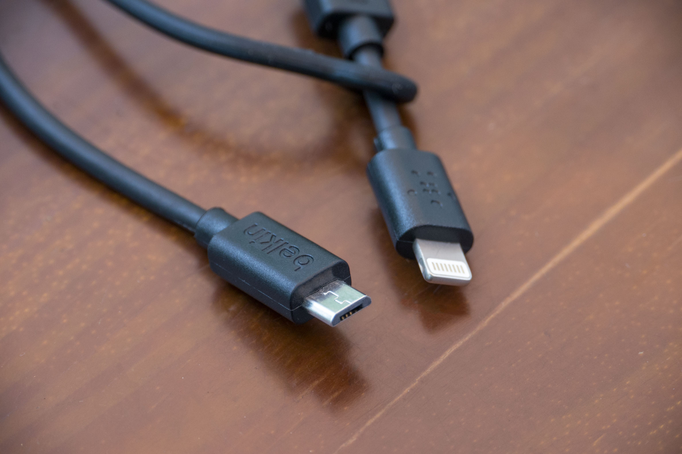 Cabo Micro-USB/USB com adaptador Lightning