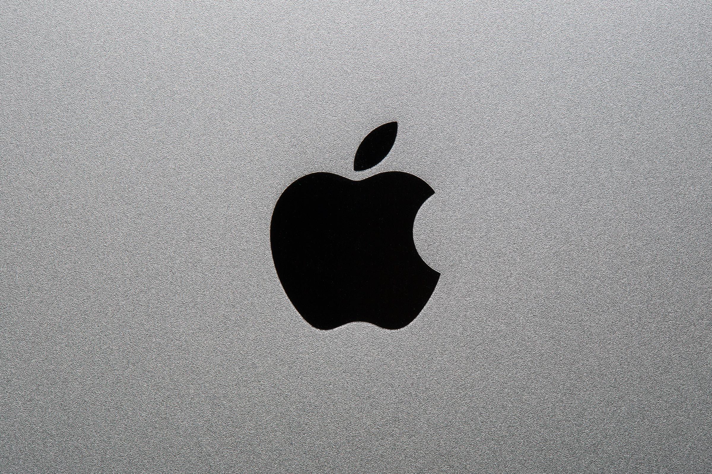 Logo da Apple preto sobre alumínio escovado