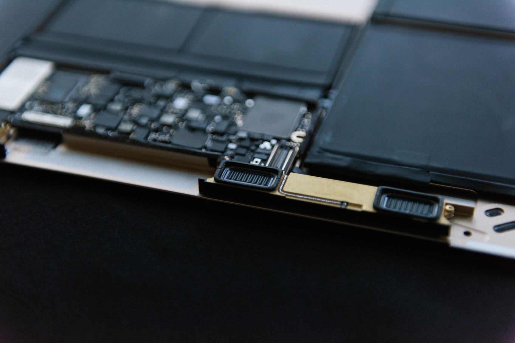 Antena (Wi-Fi e Bluetooth) e alto-falante do novo MacBook