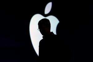Logo da Apple com uma silhueta na frete