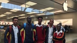 Estudantes que foram convidados a se retirar da loja da Apple