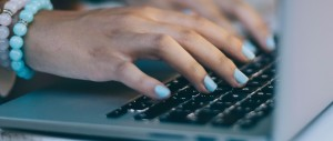 Mão digitando em notebook em close-up