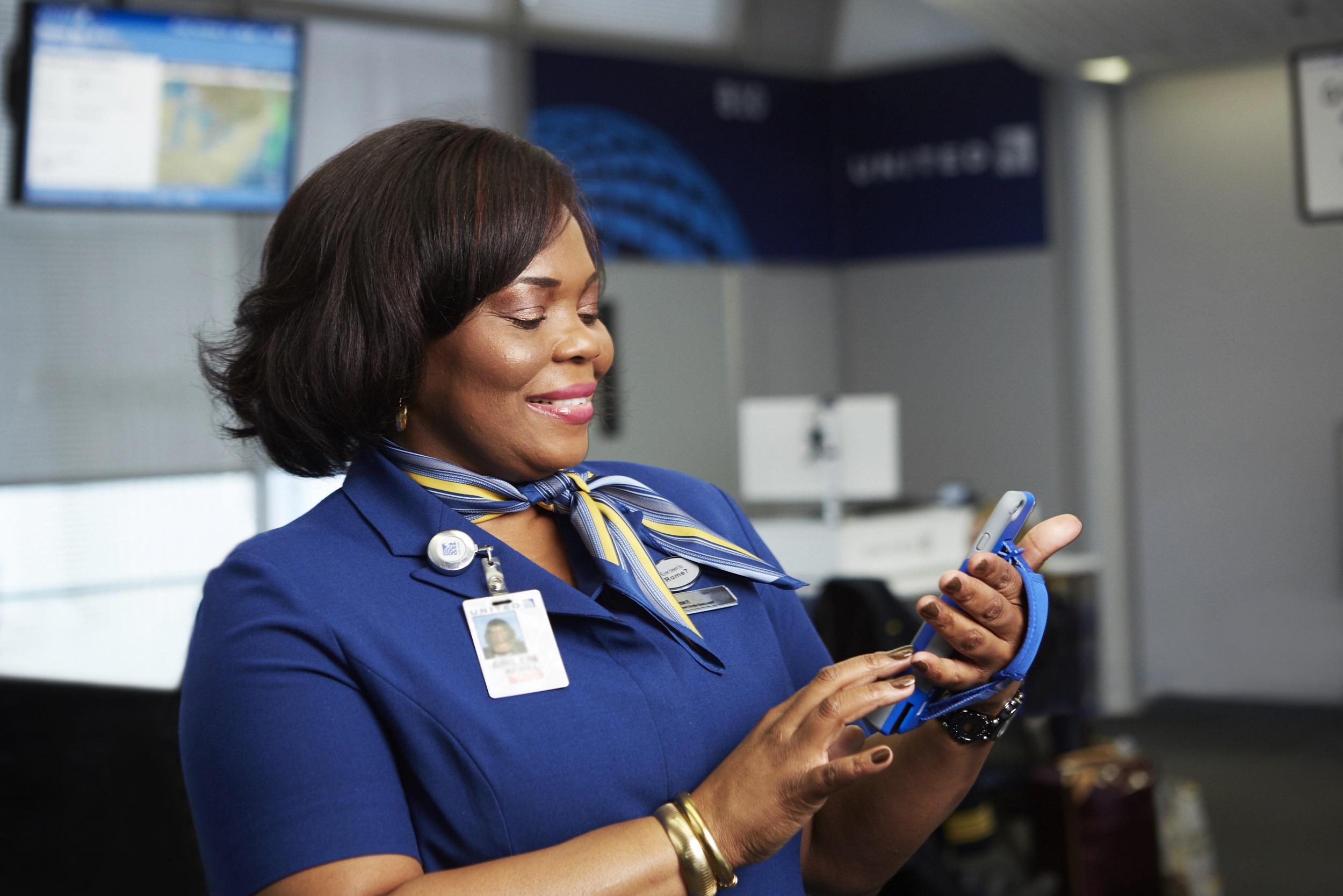 Atendente da United Airlines com iPhone 6 Plus