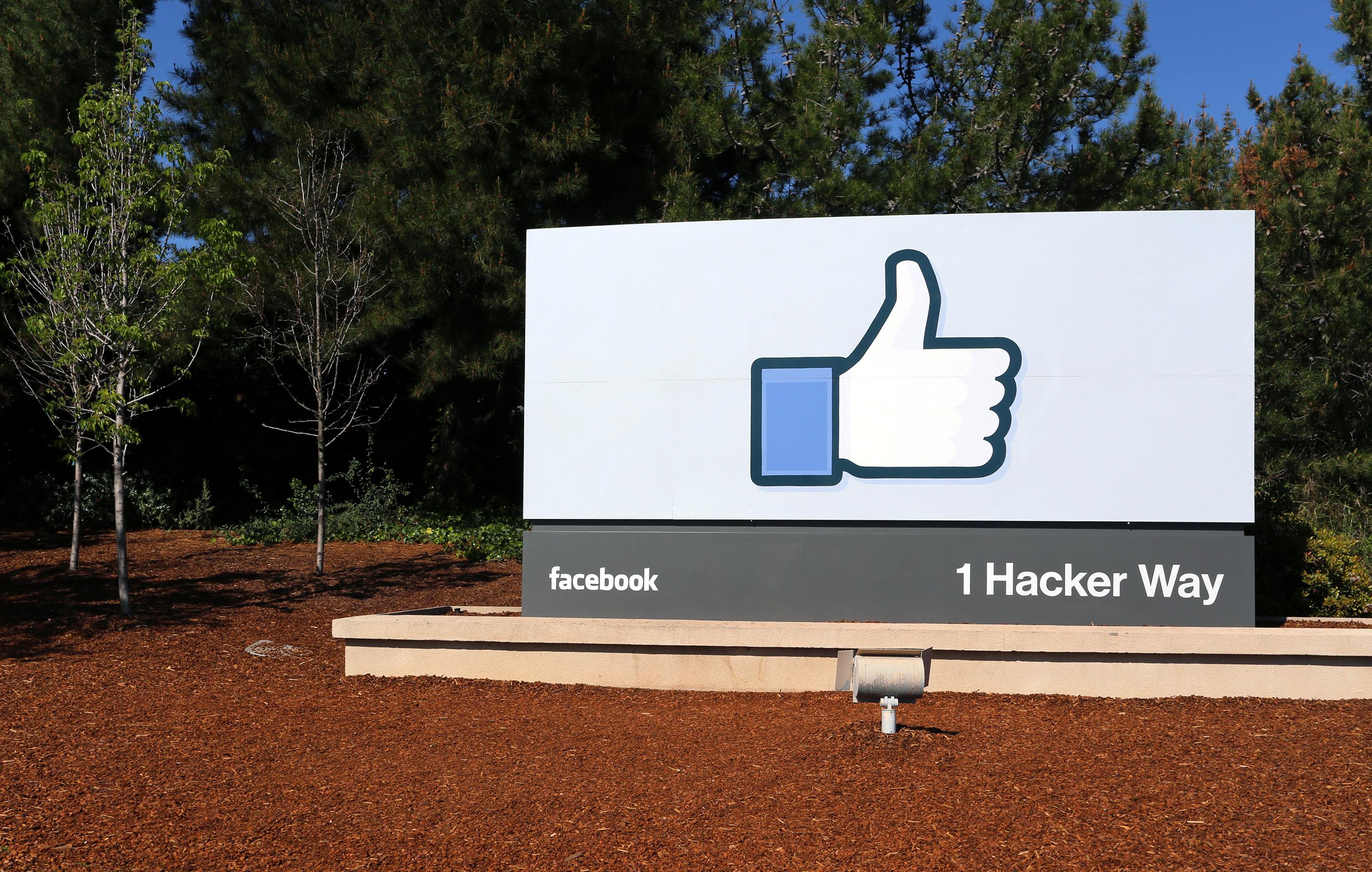 Placa na frente da sede do Facebook