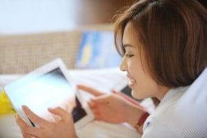 Mulher lendo num iPad