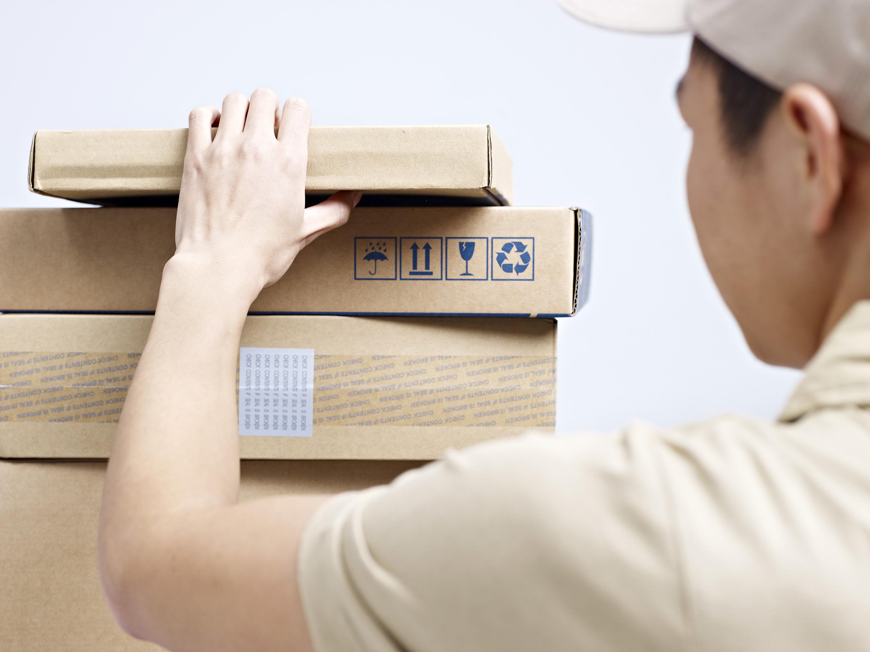 Homem pegando caixas para entrega