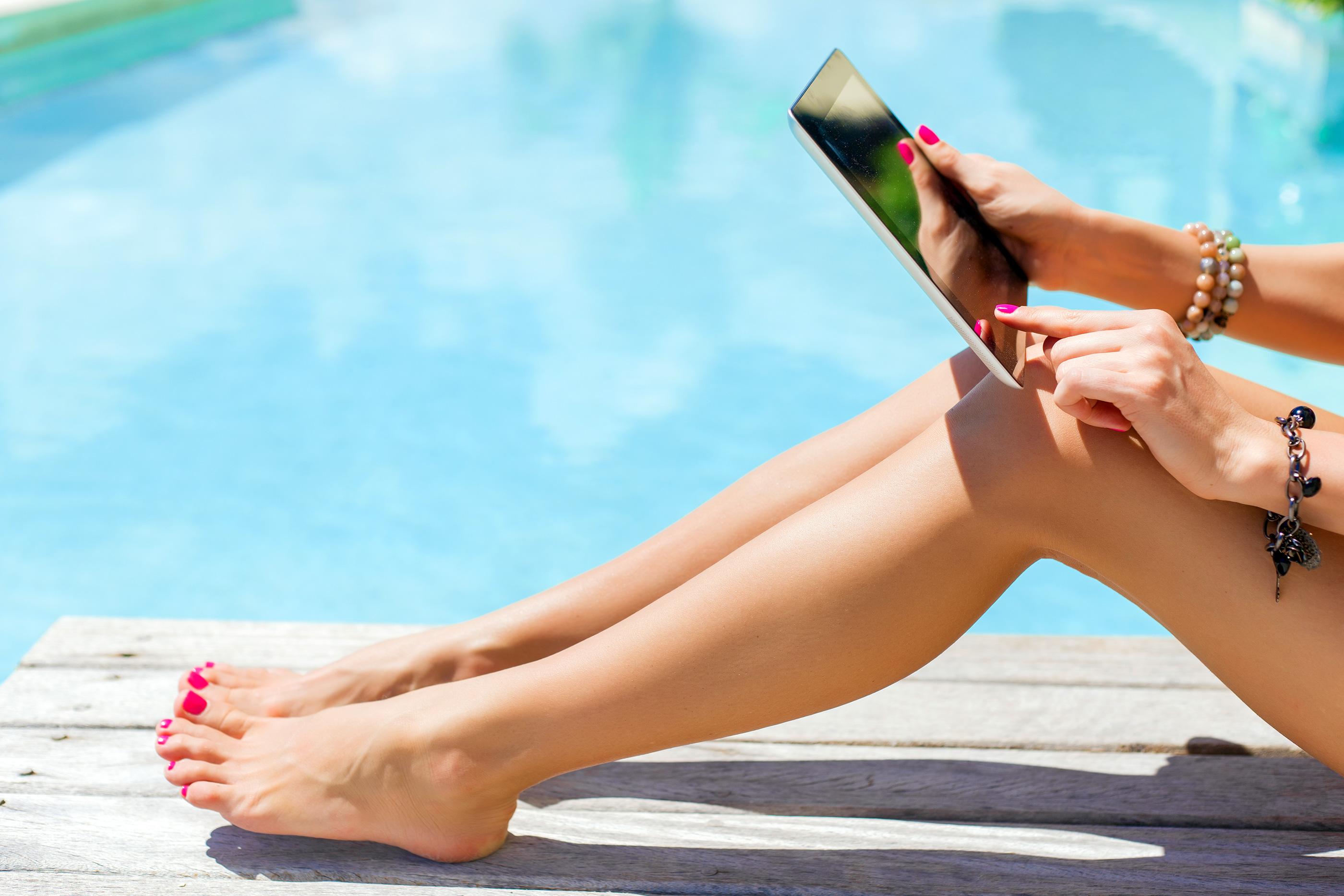 Garota lendo em iPad