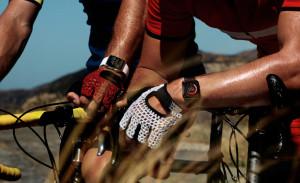 Pessoas em bicicletas com Apple Watches