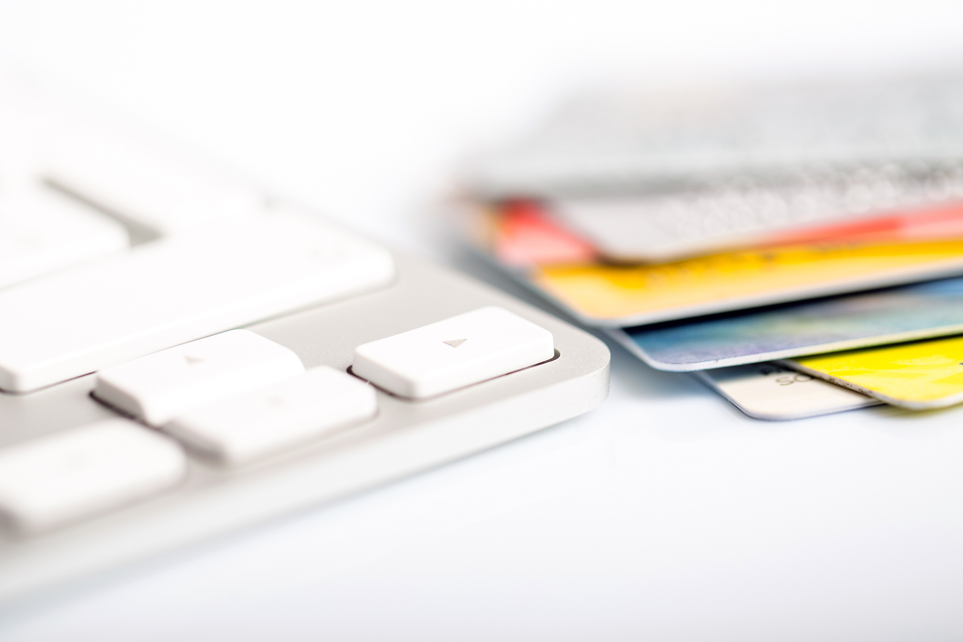 Teclado Apple com cartões de crédito
