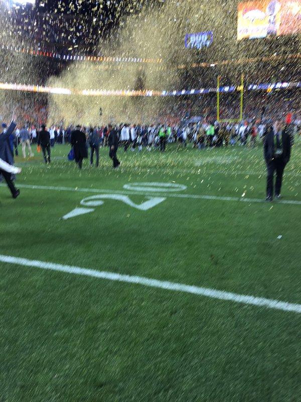 Foto de Tim Cook durante o Super Bowl 50