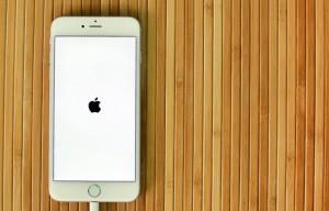 iPhone 6 Plus com o logo da Apple na tela