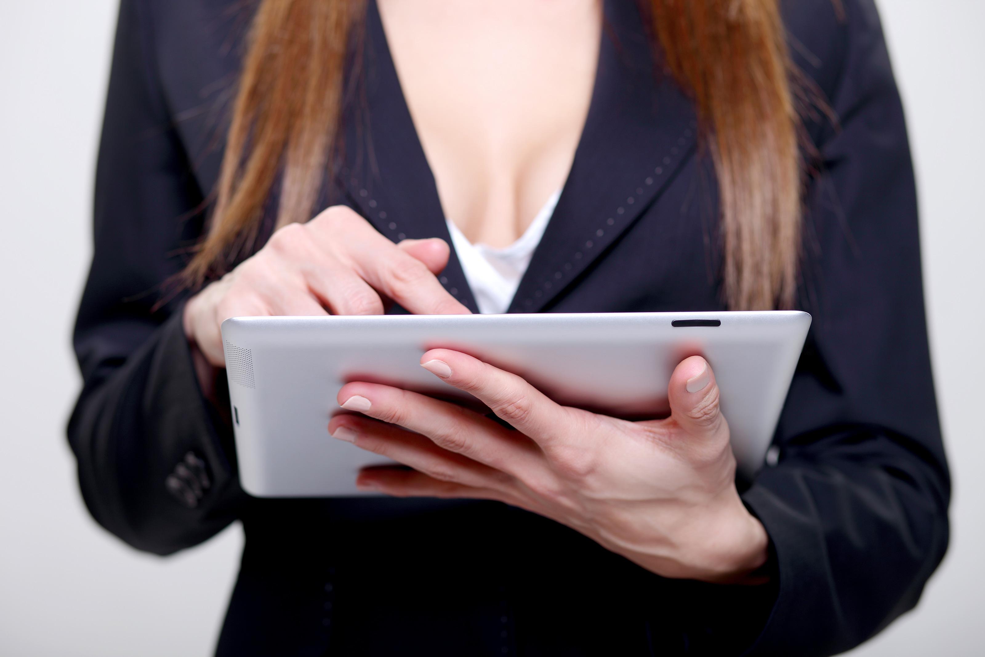 Mulher decotada com um iPad
