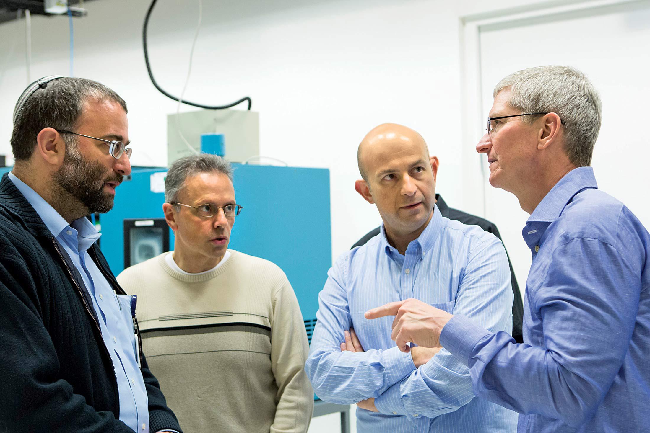 Johny Srouji e Tim Cook com empregados da Apple em Israel