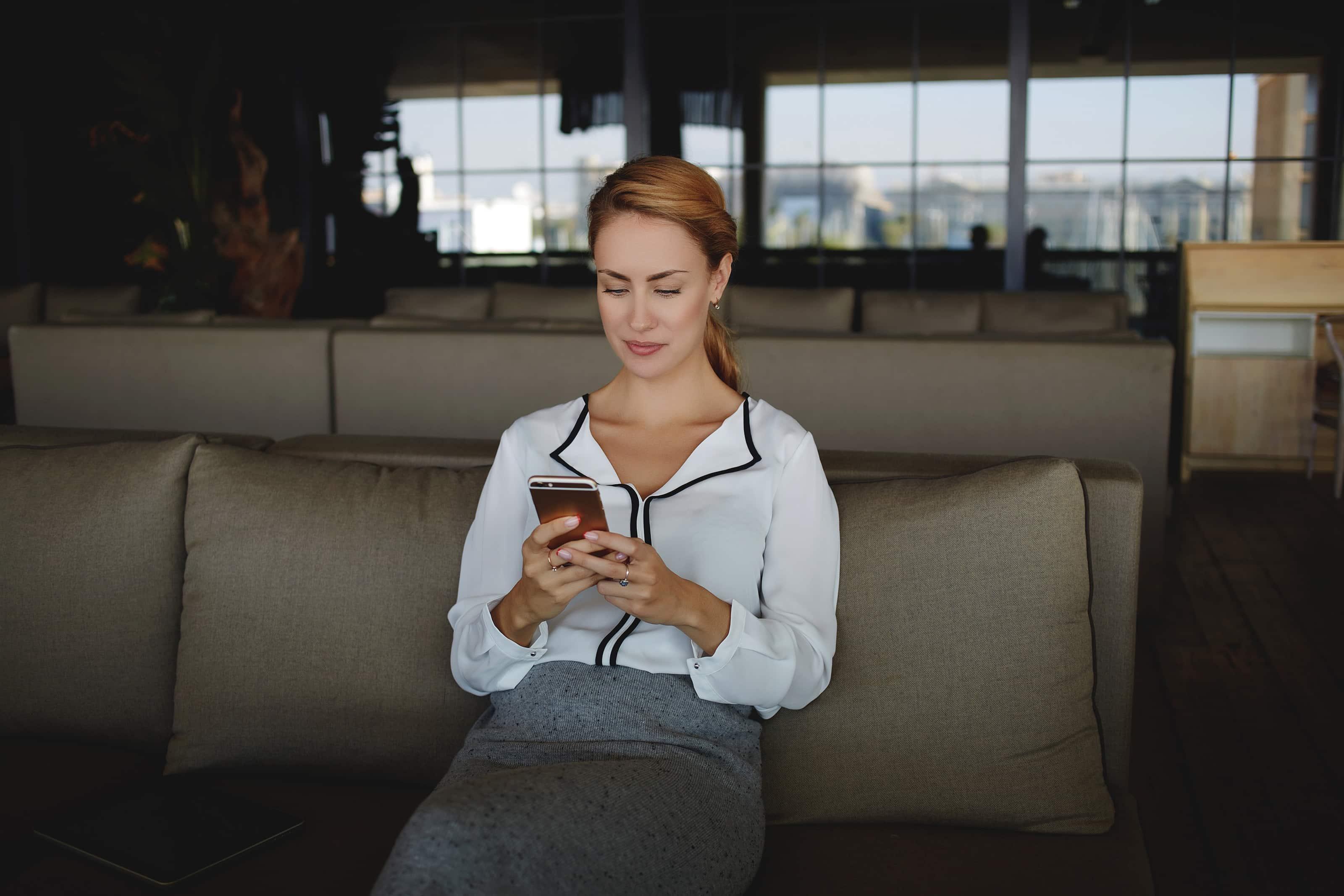 Mulher lendo em iPhone