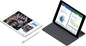 iPad Pro de 9,7 polegadas deitado com Apple Pencil ao lado de iPad Pro de 12,9 polegadas com Smart Keyboard