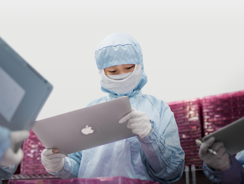 Empregado de um fornecedor da Apple inspecionando um display de MacBook Pro