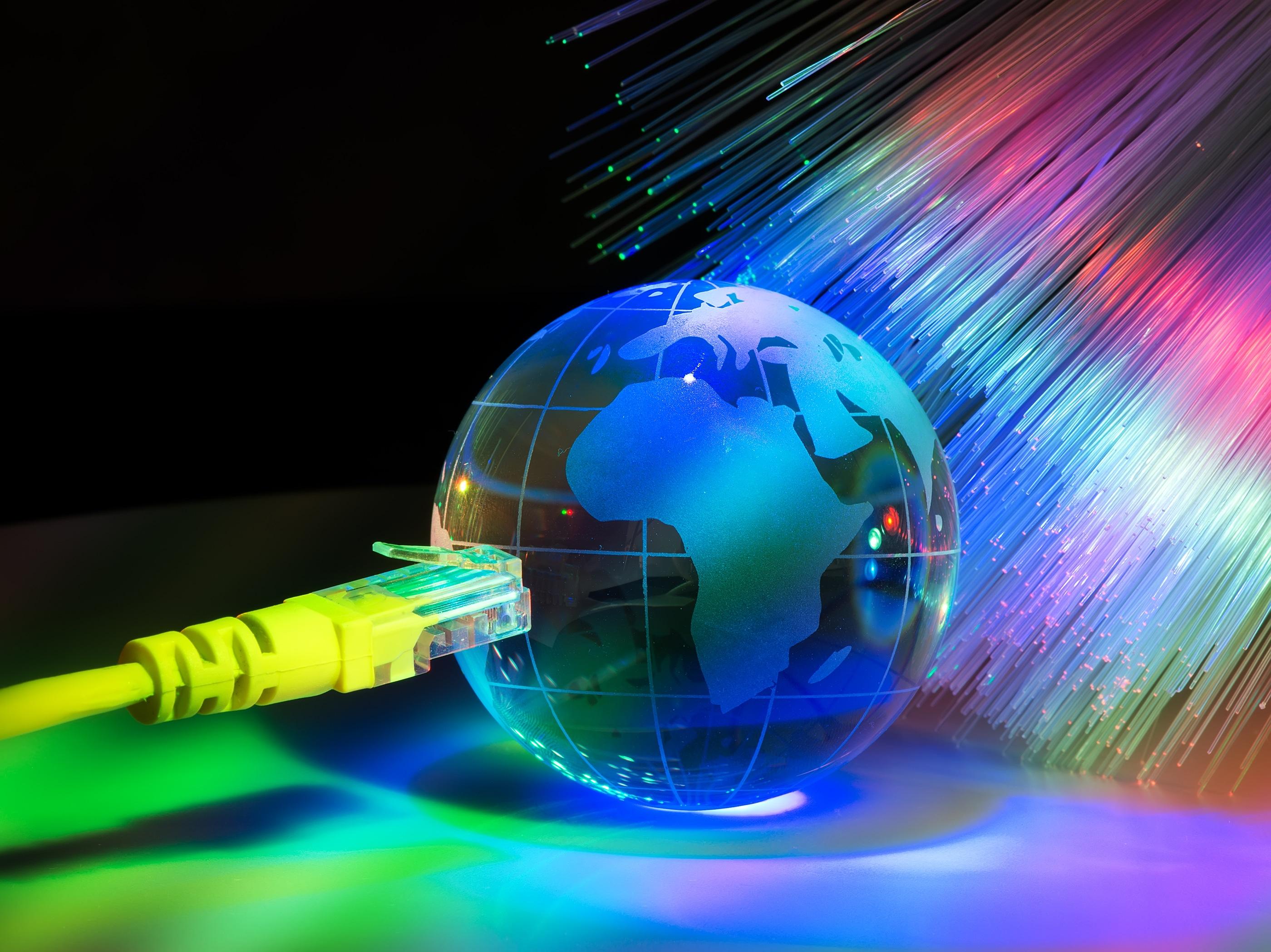 Globo com cabo de rede e fios de fibra óptica