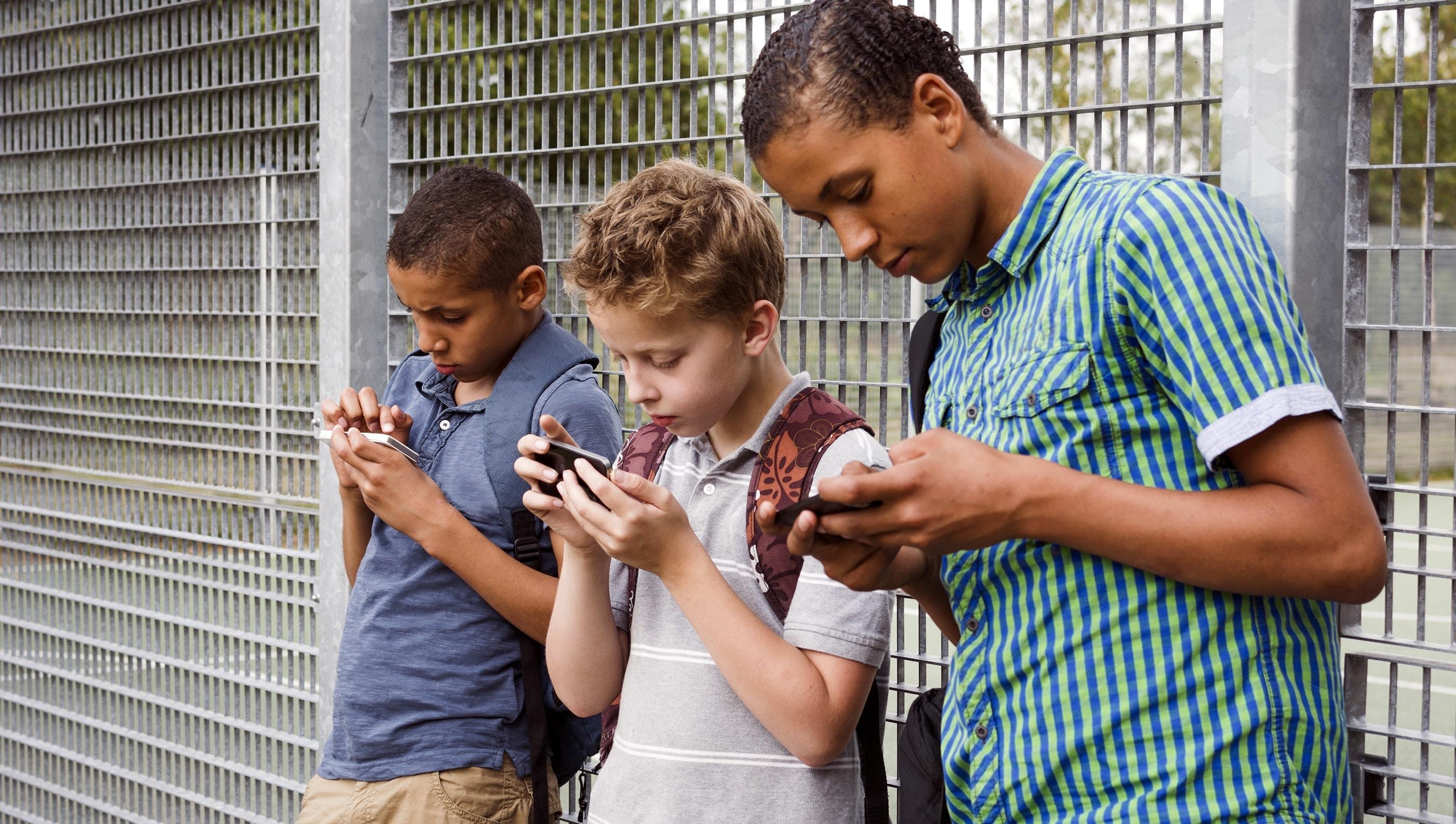Crianças viciadas em smartphones