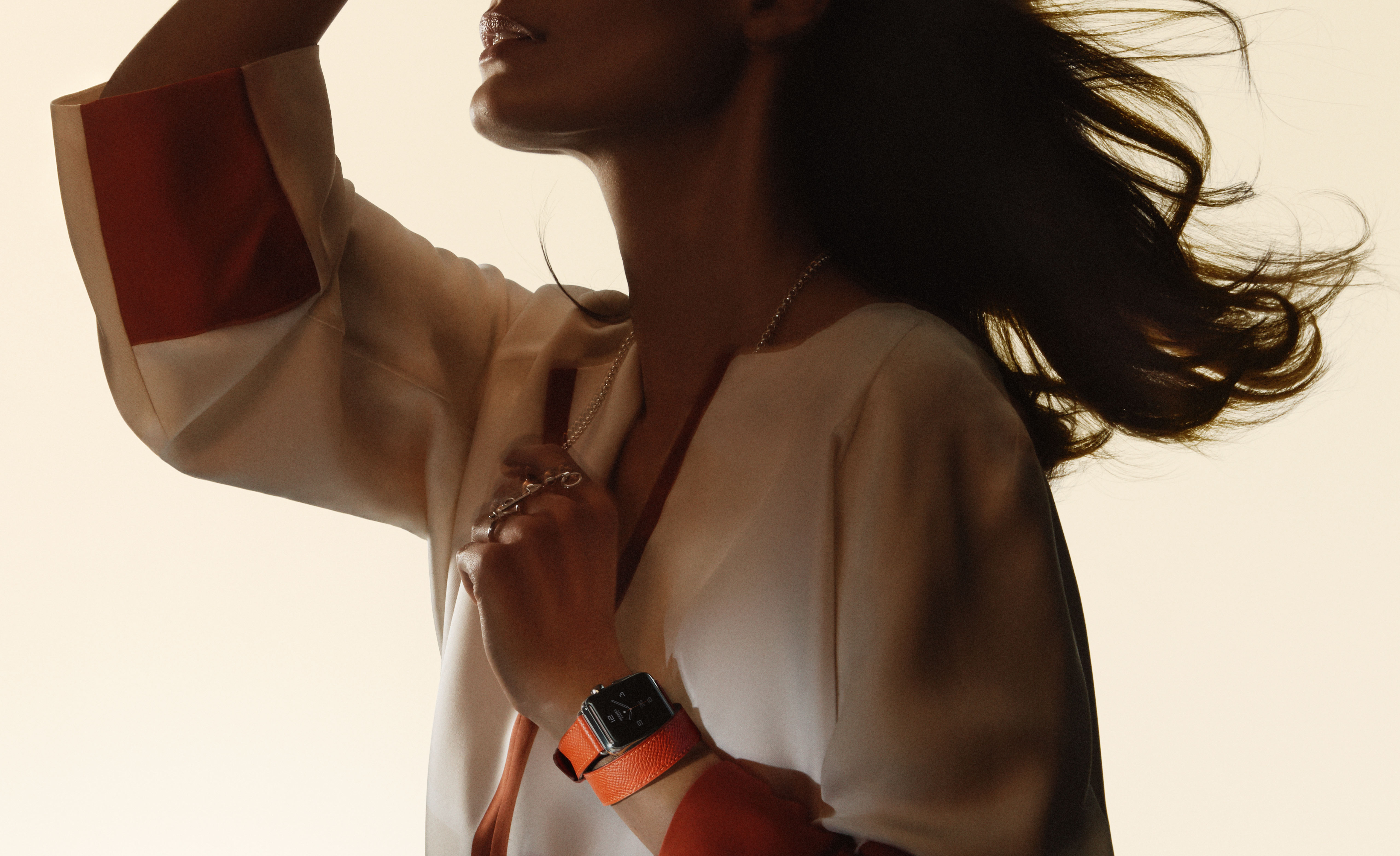 Modelo com nova cor de pulseira do Apple Watch Hermès