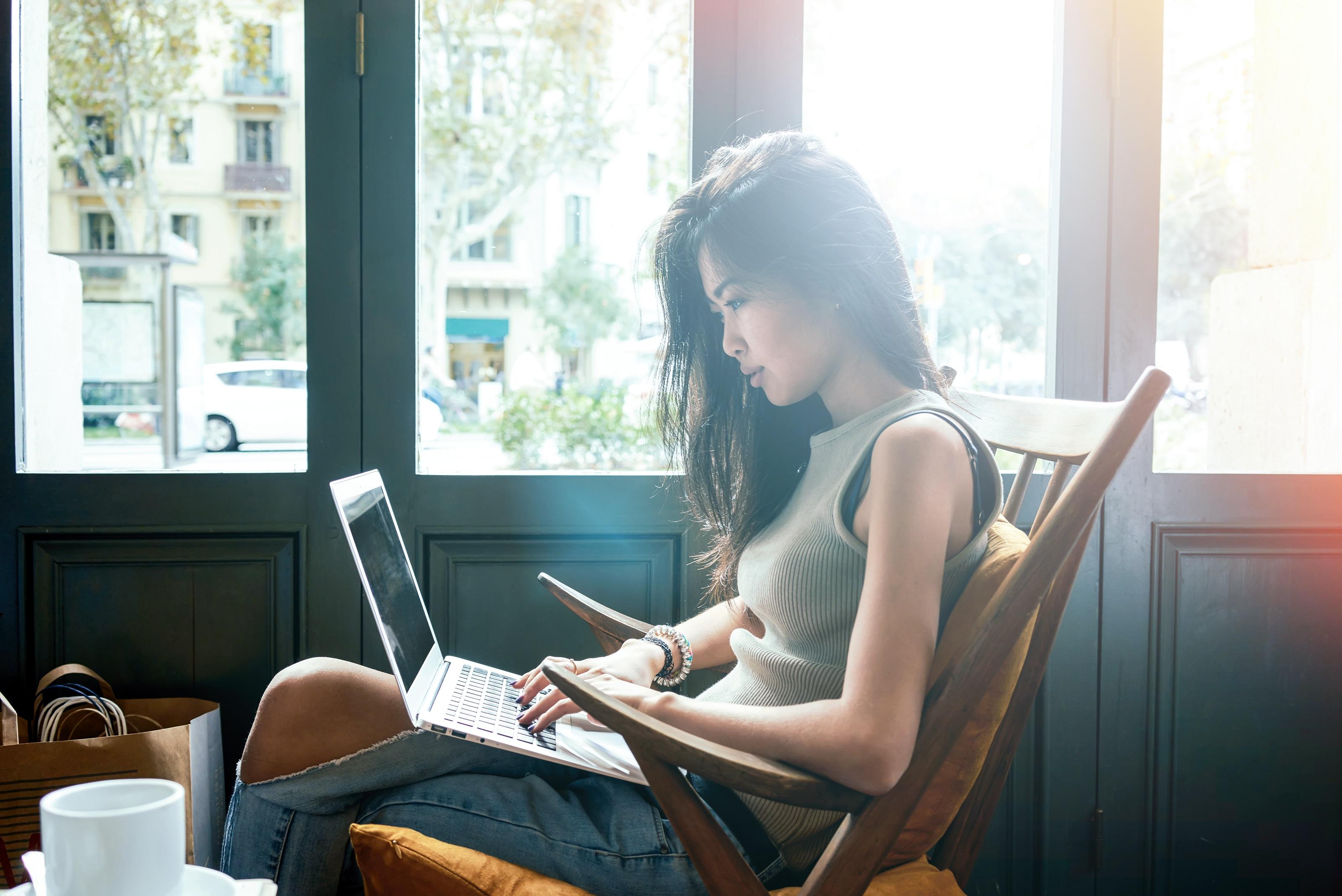 Mulher usando MacBook Air num café