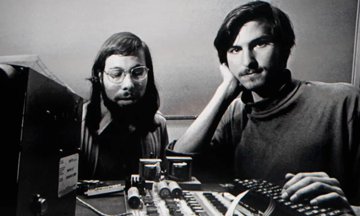 Foto clássica dos Steves Wozniak (Woz) e Jobs